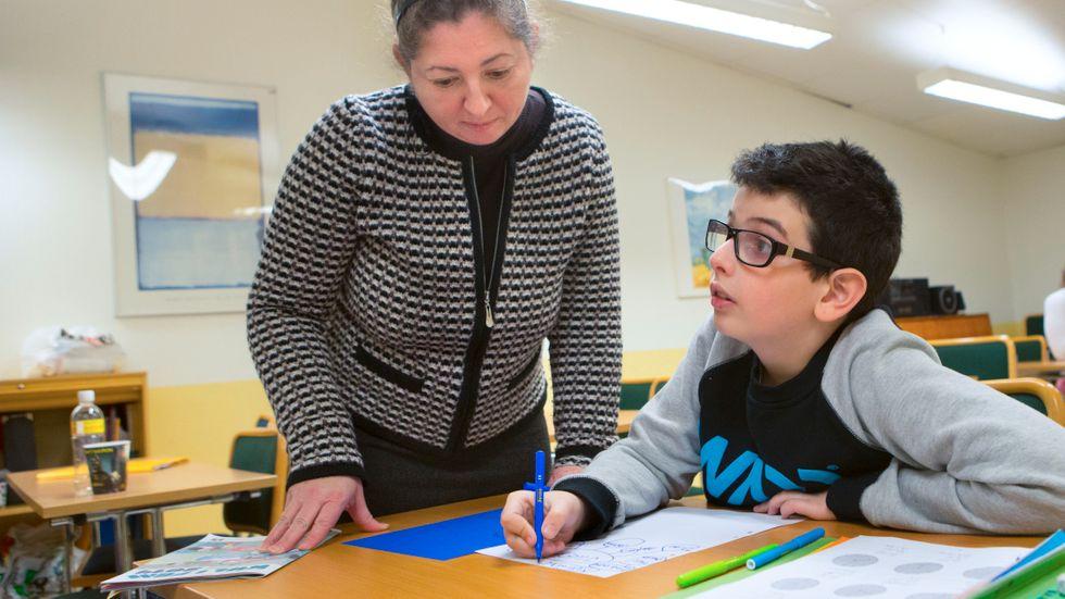 Irene Horvatne undervisar Michael Balros i deras gemensamma modersmål romani i en skola i Malmö.