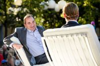 Socialdemokraternas partiledare Stefan Löfven (tv) och konfrencier Kristoffer Triumf (Värvet) under partiets slutspurtsevent i Kungsträdgården på söndagen.