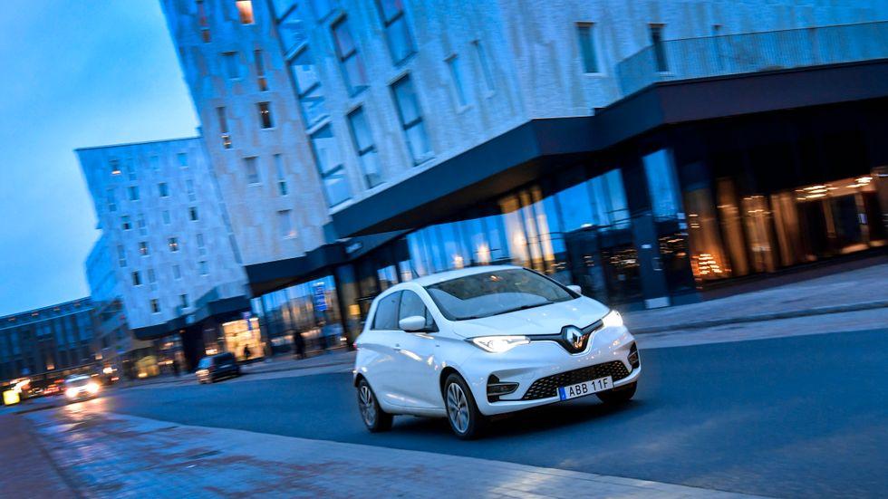 Renault Zoe är ungefär lika stor som sitt förbränningsmotordrivna syskon Clio, men bilarna är helt olika i uppbyggnaden. Zoe har just uppdaterats efter sju år på marknaden.