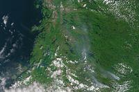Ner till höger syns brandhärdarna och röken som rör sig upp mot Östersund och Storsjön som syns i mitten.