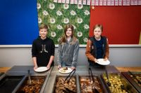 På Älta skola tävlar man om att minska matsvinnet. Alla delas in i olika lag, och varje lag väger sitt svinn. Eric, Sarah och Josefin.