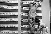 Stockholm 2 februari 1958. Gunnar Gren får hjälp av TV-värdinnan Agneta Ljungström att ordna upp spelprogrammet efter lottningen av VM-fotbollen. Lottningen gick av stapeln i TV-programmet Stora famnen.