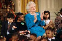 Barbara Bush vid en julfest i Vita huset tillsammans med skolbarn 1991.