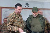 Armeniens premiärminister Nikol Pasjinjan (till höger) i ett möte med befälhavare i utbrytarregionen Nagorno-Karabach i tisdags. Bilden kommer från premiärministerns pressavdelning.
