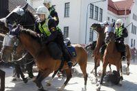 Ridande polis attackerar.