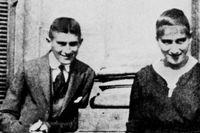 """Franz Kafka och hans syster Ottla omkring 1914. Franz Kafka, föddes 1883 i Prag i nuvarande Tjeckien och dog 1924 i Kierling i Österrike. Andra kända verk av Kafka är """"Processen"""", """"Slottet"""" och """"Amerika""""."""