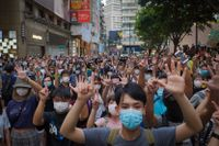 Hongkongbor demonstrerar mot Kinas nya säkerhetslag den 1 juli, då lagen trädde i kraft.