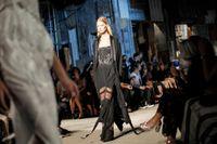 Modeveckorna drar allt färre besökare. Enligt Sofia Hedström är anledningen att konsumenterna inte vill vänta ett halvår på att kläderna landar i butikerna. Ovan bild från Givenchys visning hösten 2015.