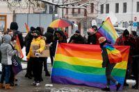 Hbtq-aktivister demonstrerar utanför en lokal domstol i Plock i Polen. Arkivfoto.
