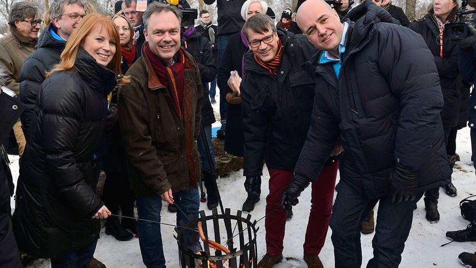 Februari 2013: Korvgrillning när Centerpartiets partiledare Annie Lööf tar emot Alliansens övriga partiledare (FP:s Jan Björklund, M:s Fredrik Reinfeldt och KD:s Göran Hägglund) vid föräldrahemmet i Maramö.