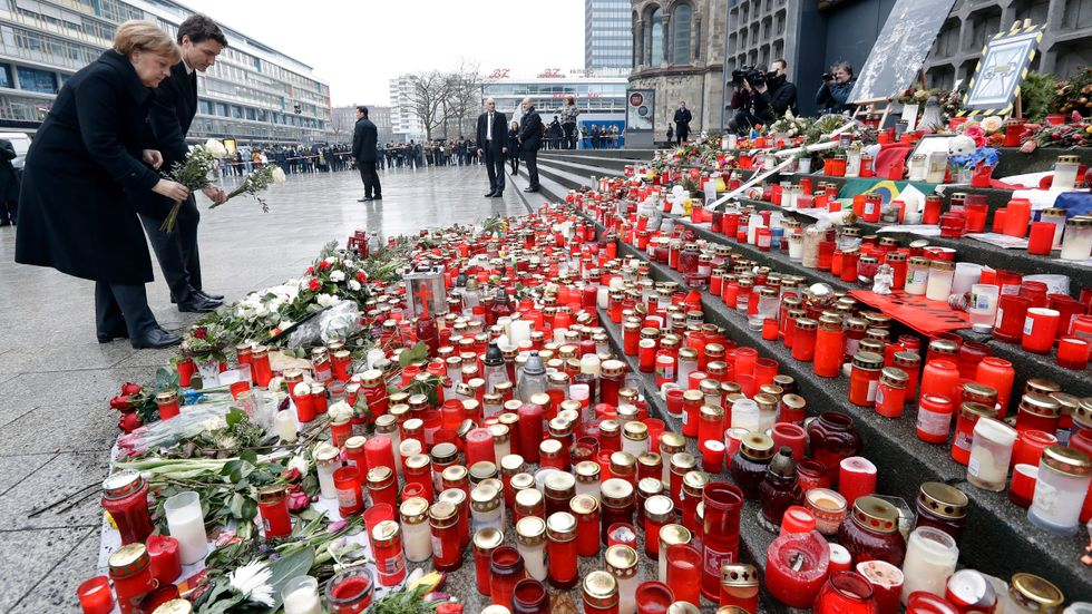 Tysklands förbundskansler Angela Merkel och Kanadas premiärminister Justin Trudeau la blommor på Breitscheidplatz i Berlin ett par månader efter terrorattacken julen 2016.