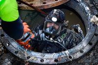 Daniel Petersson dyker i rören, som är 1,2 meter i diameter, vid besiktningen av de 300 meter långa avloppsledningarna på Skeppsbron och under Karl Johan-slussen.