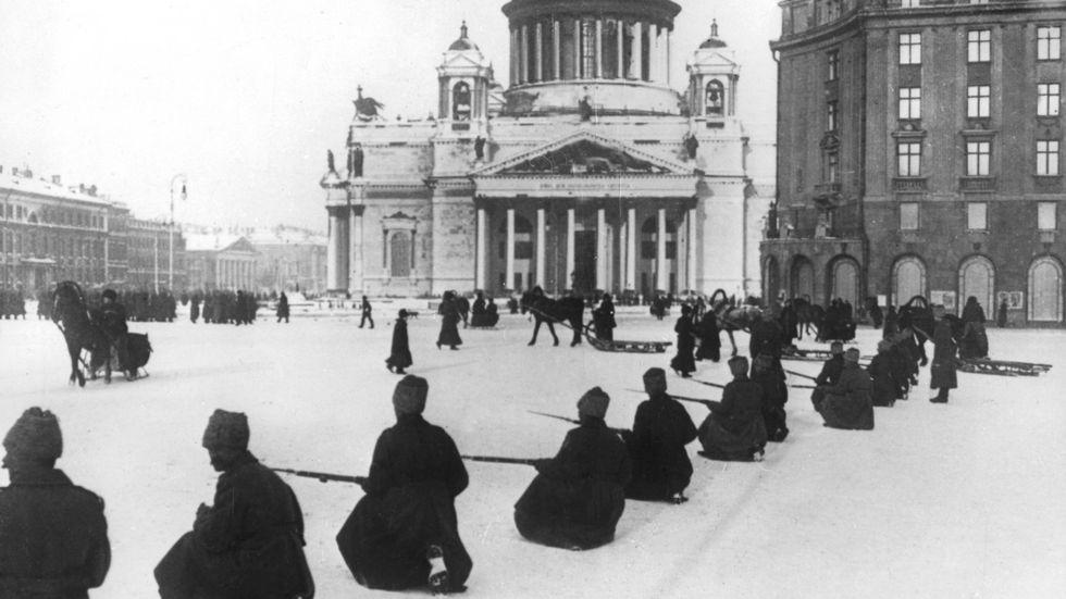 Ryska revolutionen. 26 oktober 1917 attackerar Röda armén Tsarens Vinterpalats i Leningrad. Bilden: Soldater framför en katedral i centrala Leningrad tidigt under revolutionen.