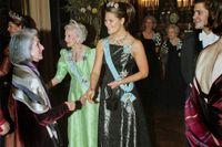 1991 tilldelades Nadine Gordimer Nobelpriset. Här hälsar hon på kronprinsessan Viktoria under en middag för nobelpristagarna på Stockholms slott 11 december 2001.