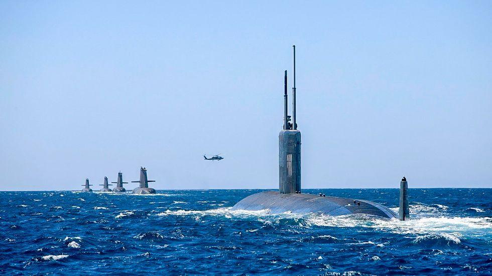 En amerikansk ubåt och fyra australiska vid övningar på Australiens västkust 2019.