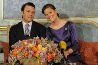 24 februari 2009. Daniel Westling och kronprinsessan Victoria berättar för pressen om sin kärlek, förlovning och förhoppningar på framtiden.