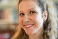 """Lisa Halliday (född 1977 i Massachusetts) bor numera i Milano. """"Asymmetri"""" är hennes hyllade debutroman som nu har kommit ut på svenska."""