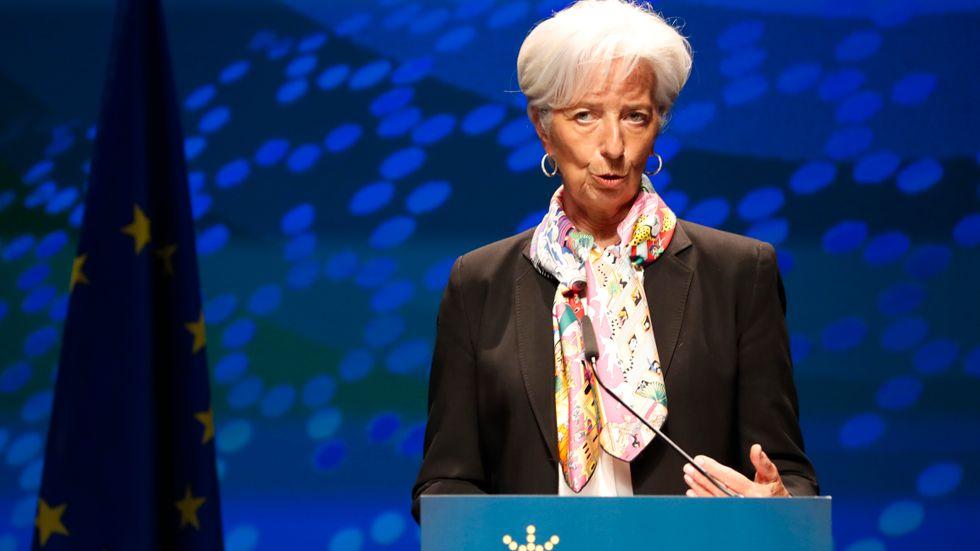 Europeiska centralbanken (ECB), med chefen Christine Lagarde, lämnar styrräntan oförändrad men drar ned på stödköpen. Arkivbild