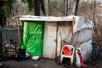 Kåkstäder har växt upp utanför Stockholm där fattiga EU-migranter bor.