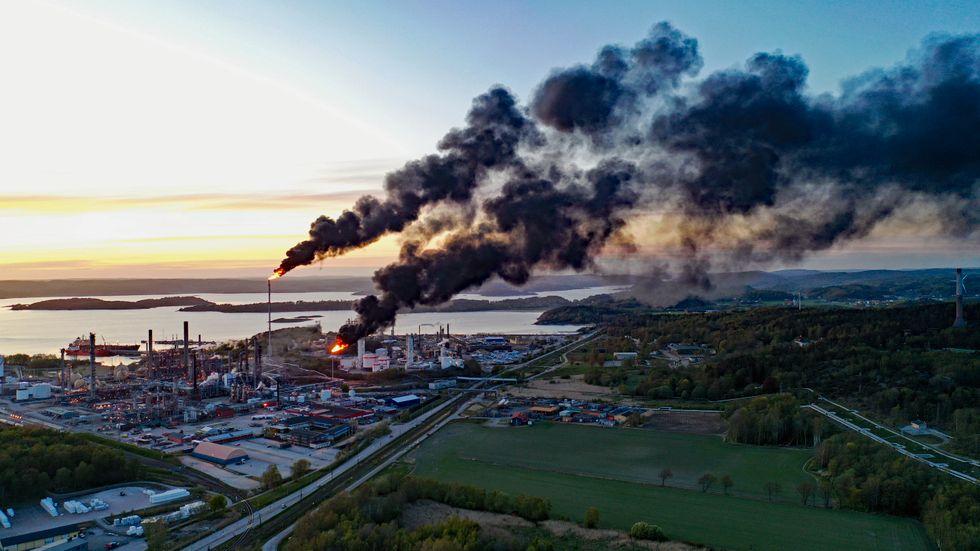 En större okontrollerad brand pågår på Borealis industrianläggning i Stenungsund. Branden ska ha startat efter ett haveri i en gaskompressor.
