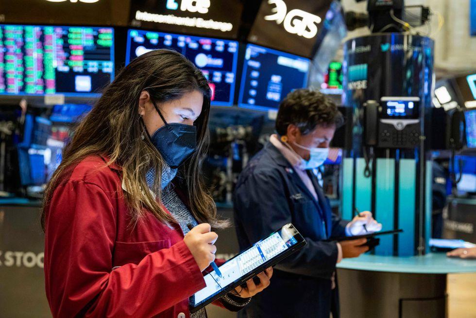Trots att ekonomin är glödhet och inflationstrycket högt faller de långa räntorna på finansmarknaden.