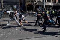 Polis använde pepparsprej för att skingra demonstranter vid en protest mot covidrestriktioner i Melbourne i Australien.