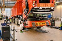 Samtidigt med coronakrisen behöver AB Volvo satsa mer på elektrifiering och självkörande fordon. Här monteras sensorerna på en förarlös lastbil som ska köra i en gruva i Norge.