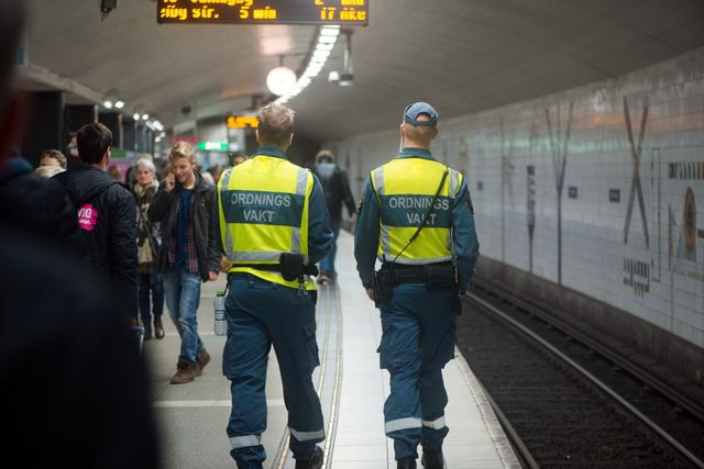 Två ordningsvakter patrullerar i Centralens tunnelbana.