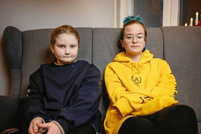 Jemina och Tindra protesterade mot att skolan skulle läggas ner.