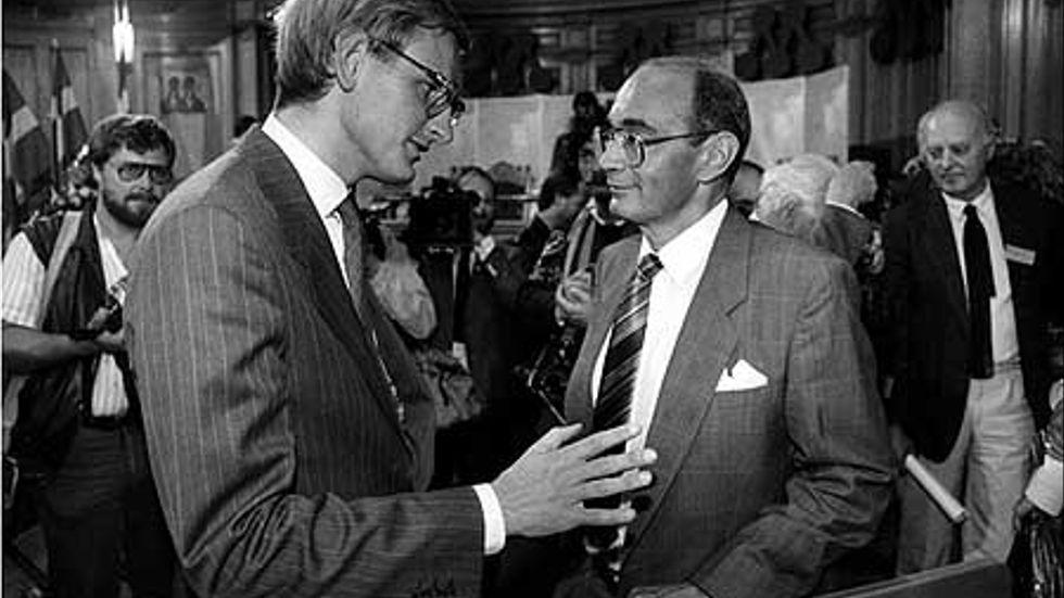 Carl Bildt tar över partiledarskapet efter Ulf Adelsohn på partistämman 1986.