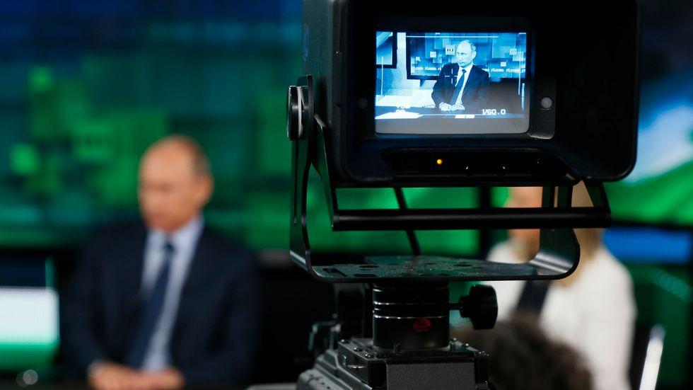 Vladimir Putin i en RT-intervju. Tv-kanalen fungerar som Kremlregimens internationella propagandaverktyg.