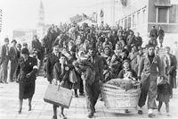 Italienska kolonisatörer på väg till Libyen vid kajen i Venedig den 13 november 1939.