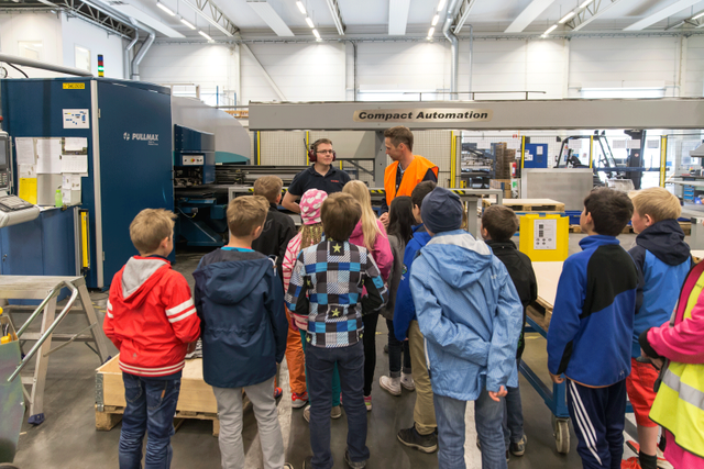 Barnen som är på studiebesök på NIBE får gå runt i fabriken och se på tillverkningen. Det brukar vara väldigt uppskattat att få titta på både industrirobotar och på de manuella arbetsmoment som utförs.