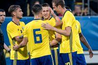 U21-landslaget jublar efter mål mot Ungern i senaste kvalet. I mitten Mattias Svenberg, som lär vara med även i det kommande kvalet. Arkivbild.