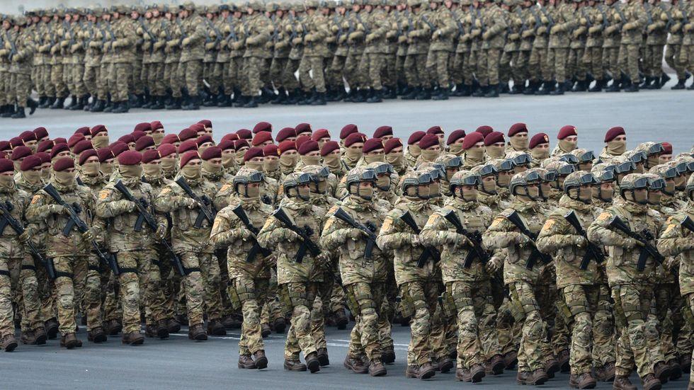 Azeriska soldater marscherar i huvudstaden Baku i december i fjol.