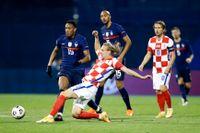 Kroaten Domagoj Vida, som här jagar bollen i Nations League-matchen mot Frankrike tidigare i höst, har testats positivt för corona.