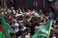 """Minst två palestinier sköts ihjäl i protester på Västbanken mot Israels militäroffensiv i Gaza. Nu planerar palestinierna en """"vredens dag"""" på Västbanken samtidigt som israeliska polisen höjer beredskapen."""