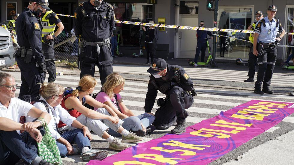 Polisen pratar med Extinction Rebellions demonstranter i Oslo på måndagen.