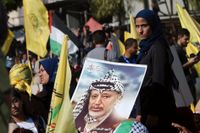 Partiet al-Fatahs gula flaggor syns vaja i Gaza stad under en minnesstund för den framlidne palestinska ledaren Yasser Arafat. Arkivbild.