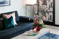 Den svarta soffan mjukas upp med massor av kuddar i färger som rosa och blått från Cazami och Kamelo. Fotografier av fotograf Jörgen Reimer.