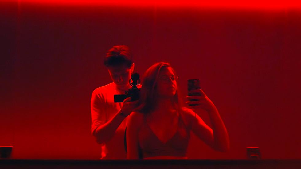 """Edvin och Naomi dokumenterar sin relation i dokumentärfilmen """"Parning""""."""