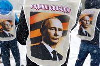 """""""Fosterland! Frihet!"""" stod det på deltagarnas västar under en prorysk demonstration i Sevastopol den 29 mars."""