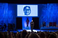 Eva Gedin, ordförande i Svenska Förläggarföreningen, talar om den fängslade förläggaren Gui Minhai under Augustgalan 2019 i Stockholms Konserthus.