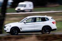 BMW iX3 kommer bli uppskattad bland dem som inte vill ha för mycket nytt. För de som suktar efter en högre tekniknivå kommer det verkliga huvudnumret till hösten.