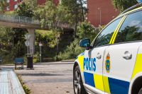 Poliser på plats vid gångbron i Visättra, Flemingsberg, där skottlossning skedde under lördagkvällen.
