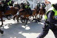 Ridande polis attackerade motdemonstranter under Svenskarnas partis torgmöte i Malmö. Flera personer fick föras till sjukhus.