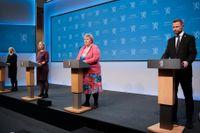 Statsminister Erna Solberg (i mitten) och hennes ministrar Monica Mæland, Guri Melby och Bent Høie på fredagens presskonferens.