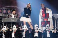 """Zara Larsson och Clean Bandit uppträder med """"Symphony"""" på MTV European Music Awards. Arkivbild."""