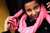 20 /4 Ruth Ida Alemnesh Asefa Arvidsson, 23 år, studerande (adopterad från Etiopien):    – Under uppväxten hade jag bara svenska kompisar och drömde om att heta Anna eftersom det kändes så supersvenskt. Ruth kändes också svenskt, men samtidigt var det lite av ett tantnamn. Det var först i 15-årsåldern som jag upptäckte att det faktiskt fanns en massa coola tanter som hette Ruth och sedan dess har jag gillat det.    – Mina etiopiska mellannamn är de namn som jag hade när mina föräldrar adopterade mig. Att mamma och pappa behöll dem, var väl för att visa att jag hade band till båda länderna. Samtidigt var de nog lite taktiska och lät de etiopiska namnen blir mellannamn. Med ett etiopiskt förnamn skulle jag kanske ha haft svårare när jag sökt jobb.   – Mina etiopiska namn har blivit allt viktigare ju äldre jag har blivit. Mitt etiopiska ursprung är en del av min identitet. Under senare år har jag också sökt mig allt mer till etiopier i Sverige och då kan jag använda mina etiopiska namn. Därigenom kan jag visa att jag inte bara är svensk, utan faktiskt har rötter i Etiopien också.