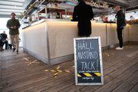 Håll avstånd tack! Maning och tejpmarkeringar på krog i Stockholm. Arkivbild.